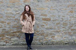 Camel Mantel Leoschal und Lackstiefeletten Outfit