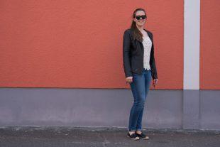 Outfit mit Lederjacke - Spitzentop - Leder-Espandrilles