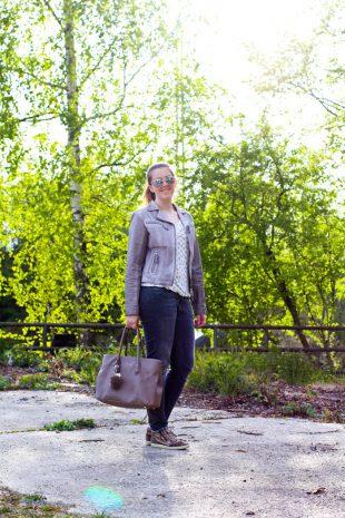Beige Lederjacke kombinieren für den Frühling